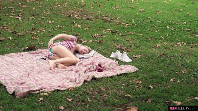 Молодая жена возбуждает мужа минетом и встает раком, чтобы трахнуться #1