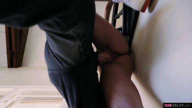 Молодая телка получила член зрелого мужика и кончила от восторга #3