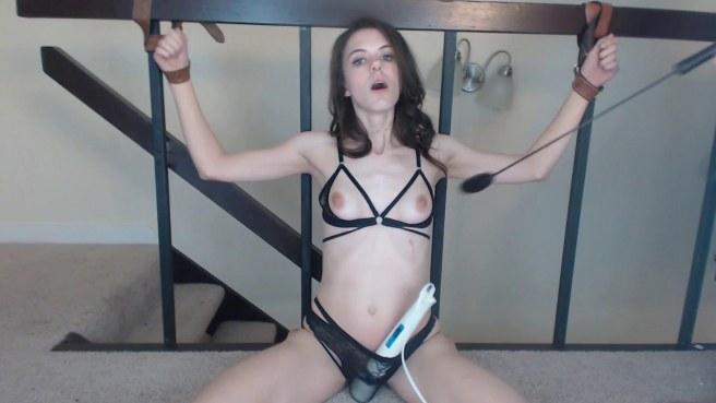 Привязанная к перилам девкам ощущает работающий вибратор в трусиках #2