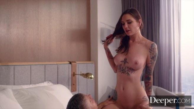 Седой мужик привез на квартиру модель в татуировках и долго ебал в пирожок на кровати #7