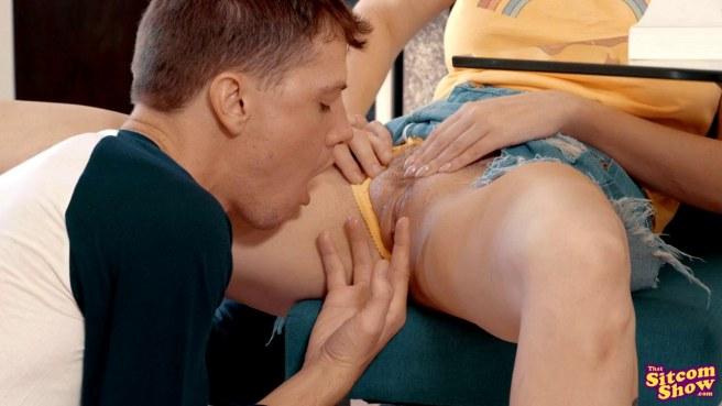 Пацан трахает новую девушку за спиной у ее мамки и кончает в нее #4