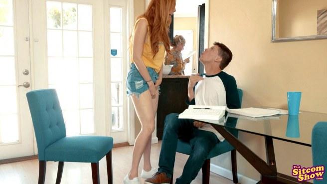 Пацан трахает новую девушку за спиной у ее мамки и кончает в нее #5