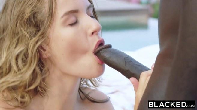 Негр после плавания в бассейне поимел белокурую девку #4