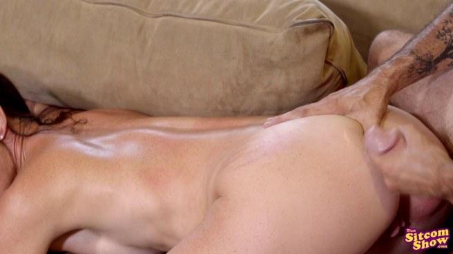 Милфа соблазняет любовника сестры и кончает под ним на диване #10