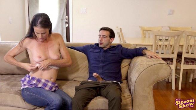 Милфа соблазняет любовника сестры и кончает под ним на диване #4