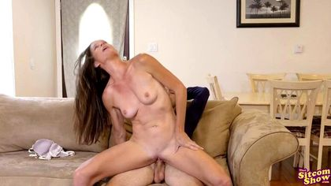 Милфа соблазняет любовника сестры и кончает под ним на диване #7
