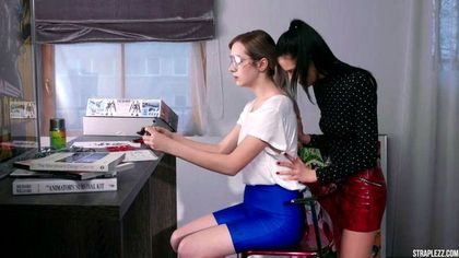 Студентка лижет через колготки подруге писю и готовится к страпону #1