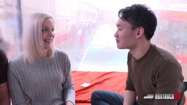 Девка с висячими сиськами в чулках трахается раком со студентом #2