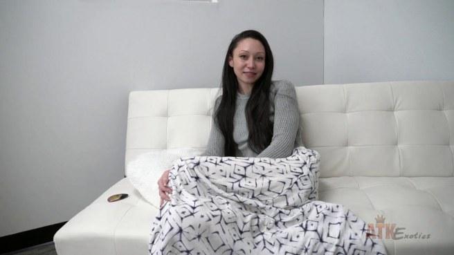 Актриса на глазах у продюсера задирает юбку и гладит нежный клитор #2