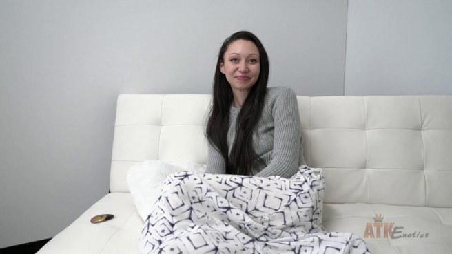 Актриса на глазах у продюсера задирает юбку и гладит нежный клитор #4
