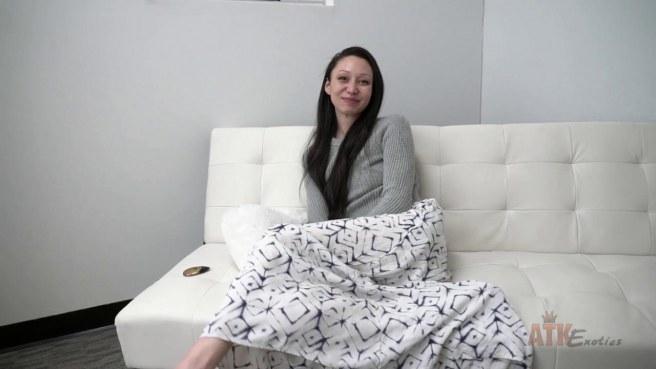 Актриса на глазах у продюсера задирает юбку и гладит нежный клитор #5