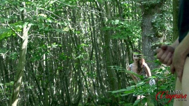 Девка в розовых стрингах увидела в лесу мастурбирующего мужика #1