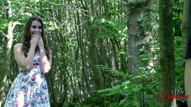 Девка в розовых стрингах увидела в лесу мастурбирующего мужика #2