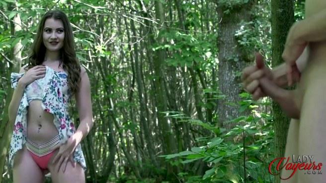 Девка в розовых стрингах увидела в лесу мастурбирующего мужика #5