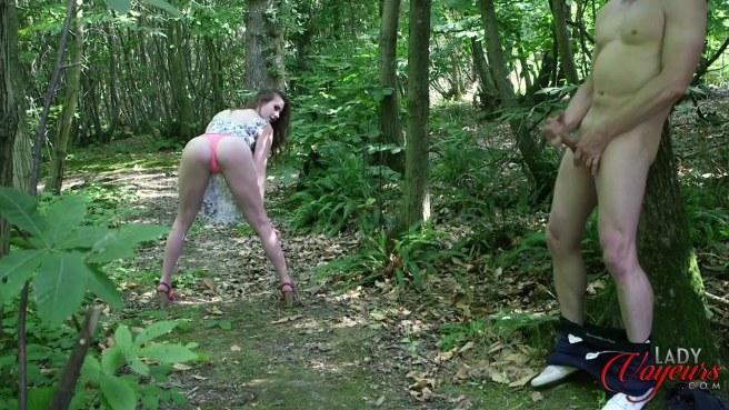 Девка в розовых стрингах увидела в лесу мастурбирующего мужика #6