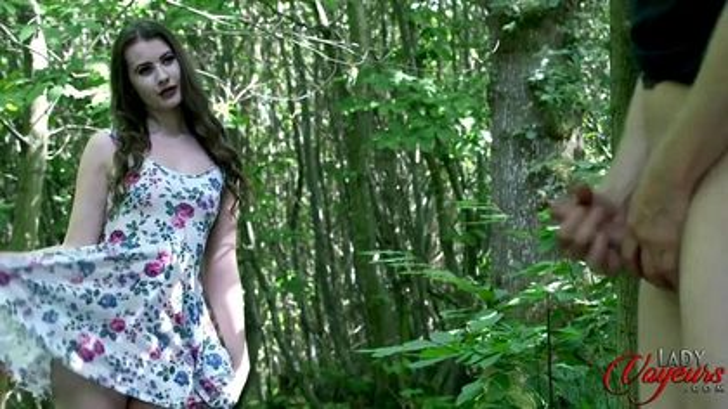 Девка в розовых стрингах увидела в лесу мастурбирующего мужика #7