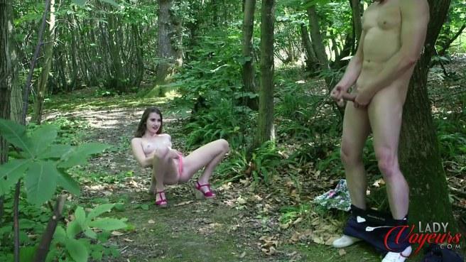 Девка в розовых стрингах увидела в лесу мастурбирующего мужика #9