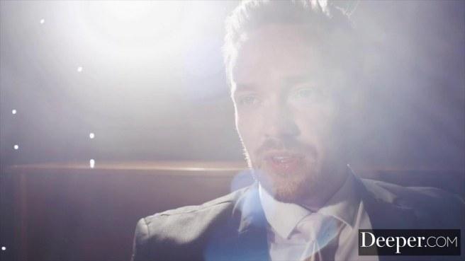 Актриса на сцене перед зрительским залом прыгает на длинном члене мужика писей #1