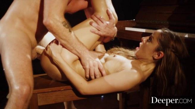 Актриса на сцене перед зрительским залом прыгает на длинном члене мужика писей #10