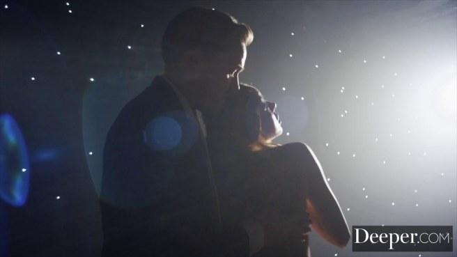 Актриса на сцене перед зрительским залом прыгает на длинном члене мужика писей #3