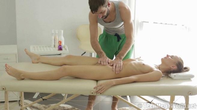 Бородатый массажист дерет клиентку смотрящим вниз членом до спермы #5