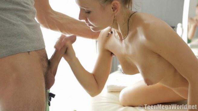 Бородатый массажист дерет клиентку смотрящим вниз членом до спермы #6