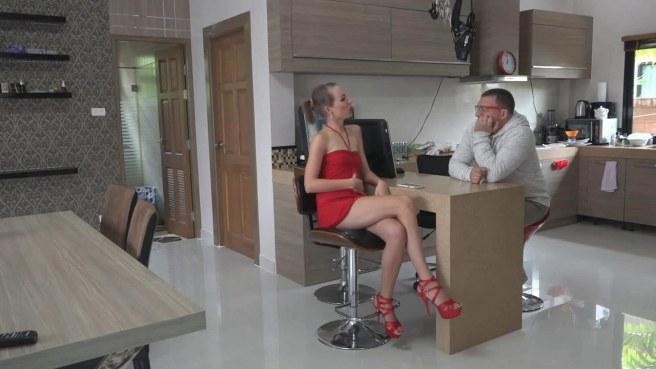 Мужчина в серой кофте задирает красное платье на невесте сына и грубо имеет в пизду на столе #1