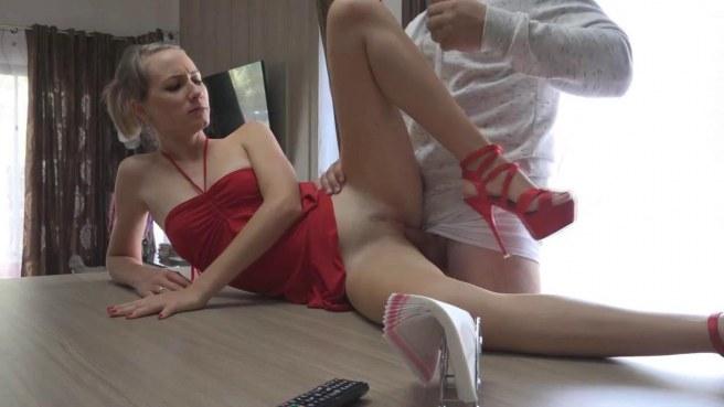 Мужчина в серой кофте задирает красное платье на невесте сына и грубо имеет в пизду на столе #6