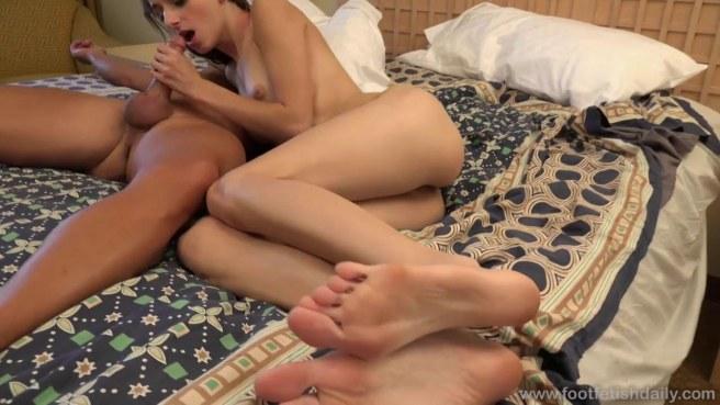 Худышка ебется в мохнатку с мускулистым физруком и кончает в постельке #8