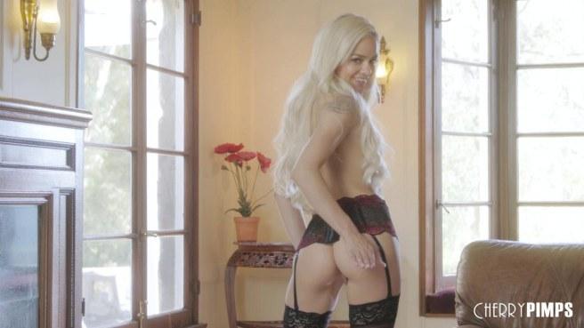 Блонди в черных чулках мастурбирует на коричневом кожаном диване промежность #3