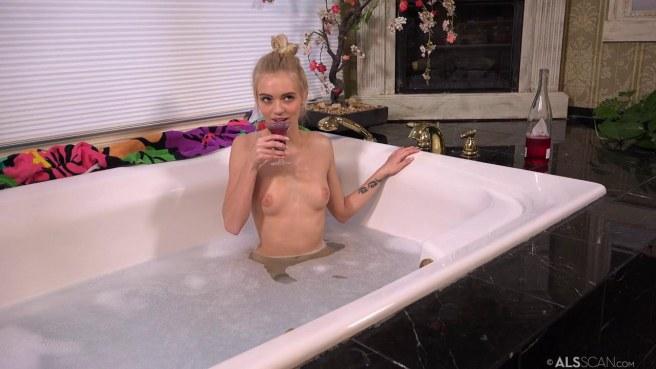 Гимнастка в ванной поливает вином стройное тело и гладит клиторок #2