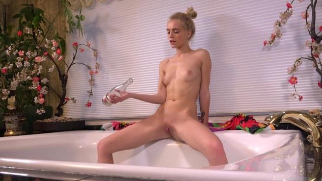 Гимнастка в ванной поливает вином стройное тело и гладит клиторок #7