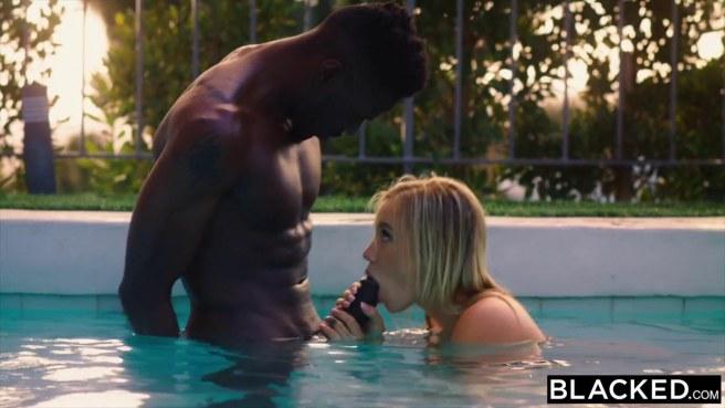 Блонди ласкает ротиком в бассейне крупный хуй негра #5