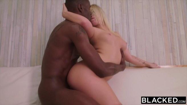 Блонди ласкает ротиком в бассейне крупный хуй негра #7