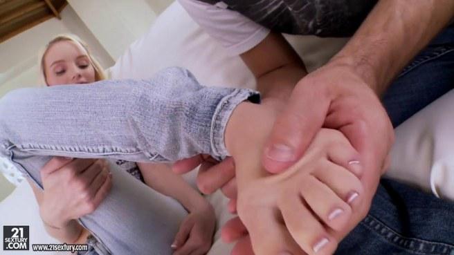 Бородатый мужик целует ноги блондинки в серой майке и хочет дрочки ступнями длинной елды #2