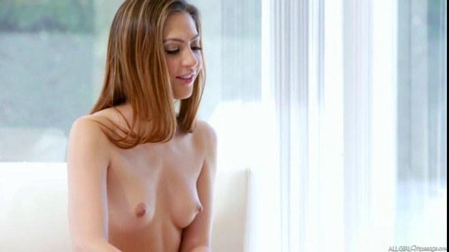 Девка сделала лучшей подруге эротический массаж и села вагиной ей на лицо #5