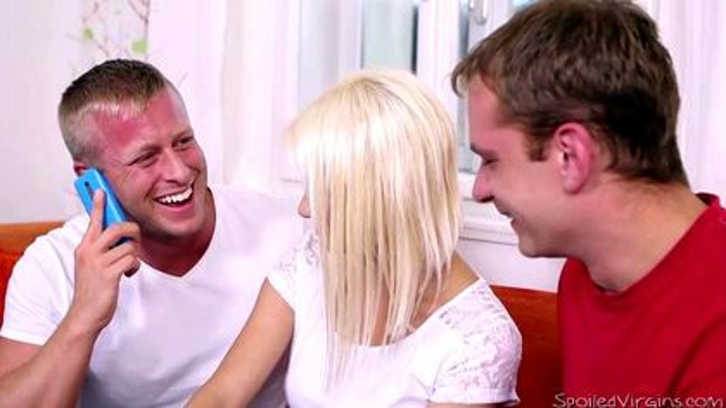 Ребята выебали в два члена красивую блондинку и слили в нее кончу #2