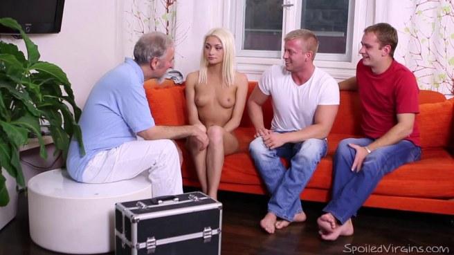 Ребята выебали в два члена красивую блондинку и слили в нее кончу #3