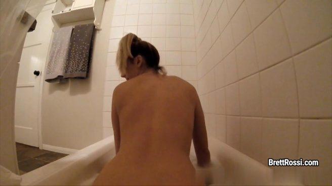 Матюрка в ванне гладит ладонями торчащие крупные сиськи и пилотку #1