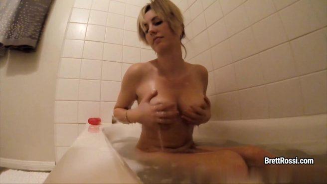 Матюрка в ванне гладит ладонями торчащие крупные сиськи и пилотку #10