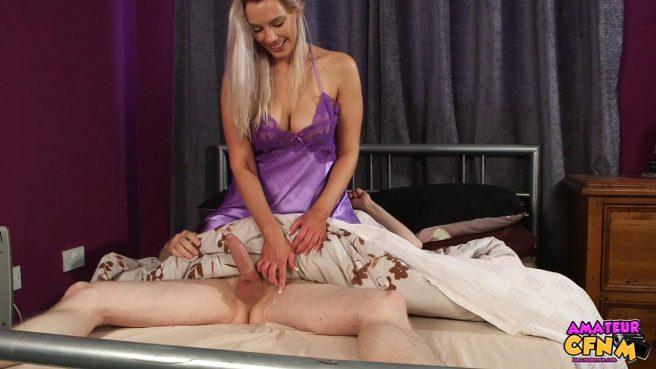 Девка в фиолетовой ночнуше отсасывает спящему парню большой хер #10