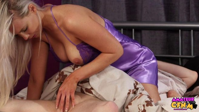 Девка в фиолетовой ночнуше отсасывает спящему парню большой хер #3