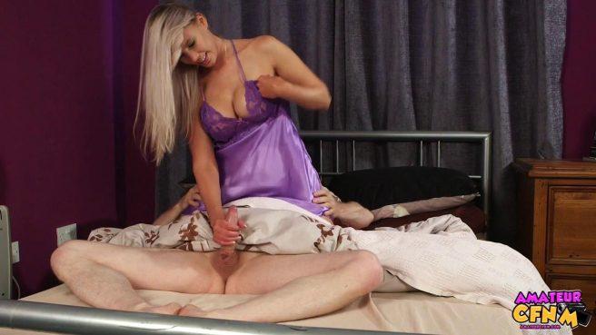 Девка в фиолетовой ночнуше отсасывает спящему парню большой хер #8