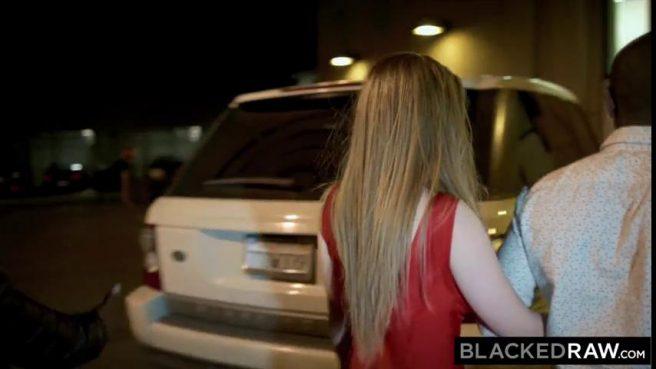 Чернокожий гангстер напихал белой жопастой девке палок в очело #1