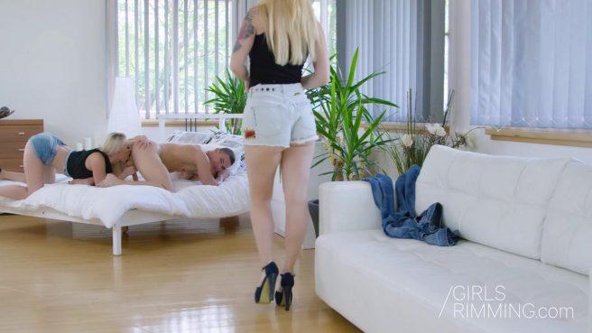 Качок встал раком, чтобы блонда вылизала его задний проход до блеска #4
