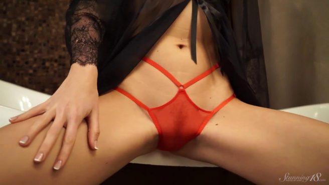 Красавица в ванне снимает красные трусики и гладит пальчиками клитор #1