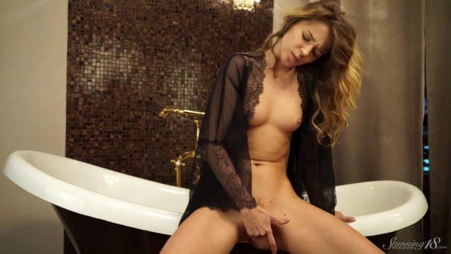 Красавица в ванне снимает красные трусики и гладит пальчиками клитор #8