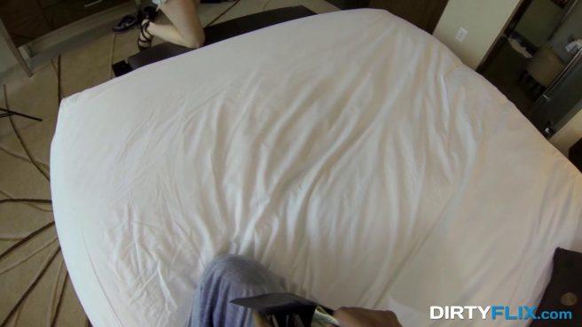Девка снимает черные трусики перед камерой, а затем надевает белые #2