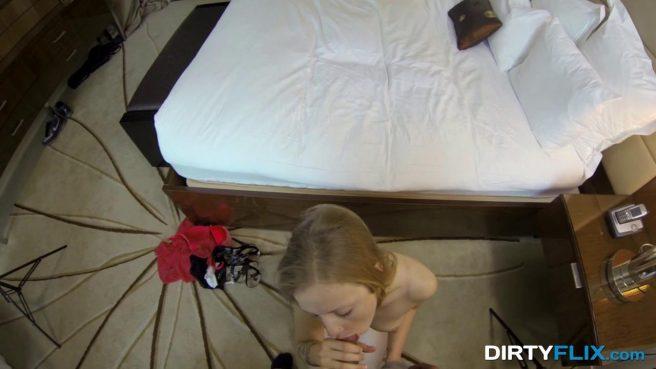 Девка снимает черные трусики перед камерой, а затем надевает белые #6