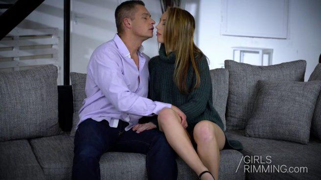 Женатик в голубой рубашке изменил супруге с ее молодой сестрой в черных туфлях #1